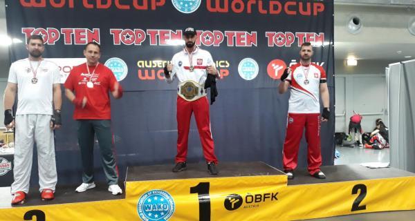 Jacek Kozłowski na podium podczas Pucharu  Świata w Kickboxingu