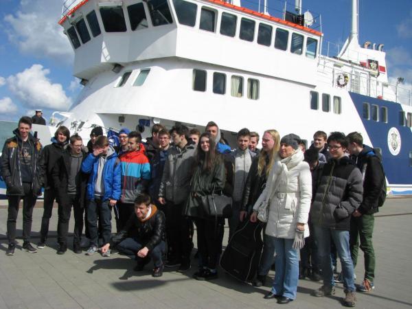 """Uczniowie na statku szkolnym """"Horyzont II"""""""